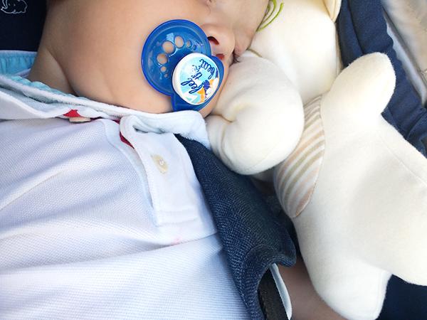 beMyBuddy neonato fa la nanna con pupazzo