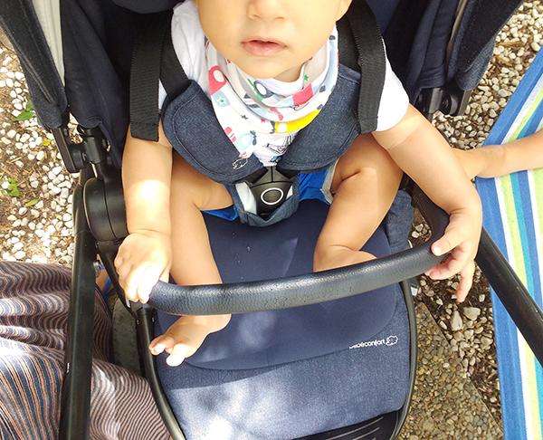 passeggino Adorra Bébé Confort bambino nel passeggino