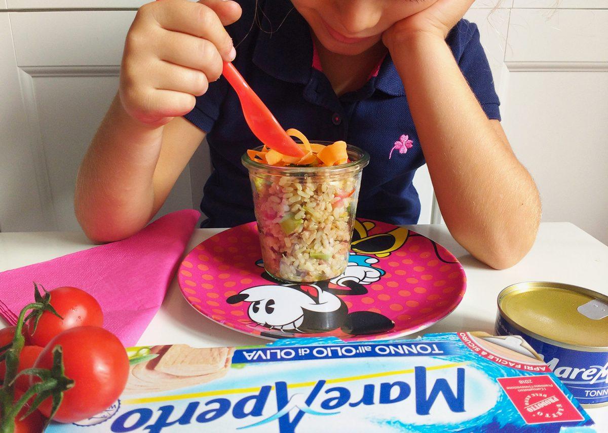 bambina mangia Riso integrale in barattolo con verdure e tonno Mare Aperto