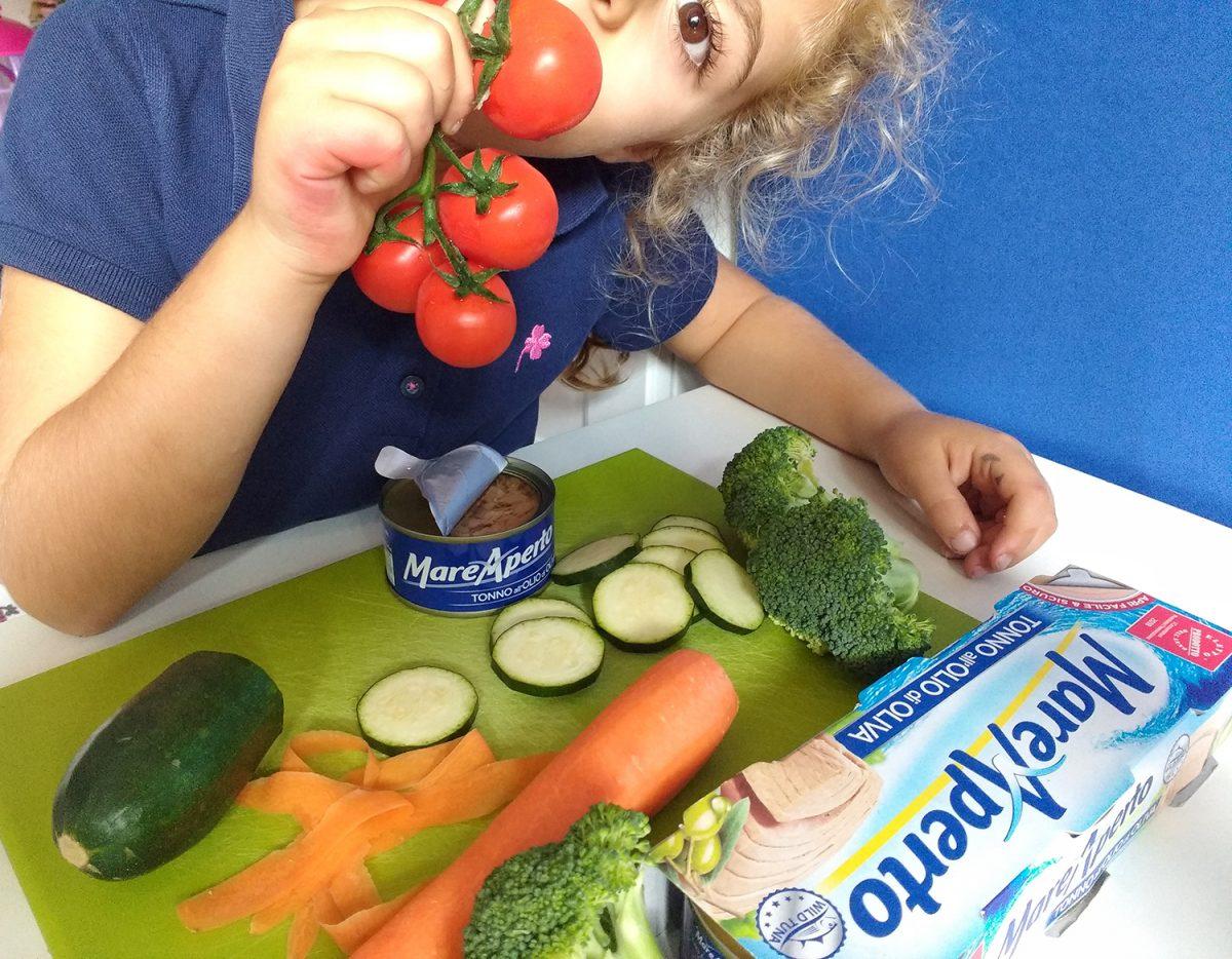 bambina prepara Riso integrale in barattolo con verdure e tonno Mare Aperto