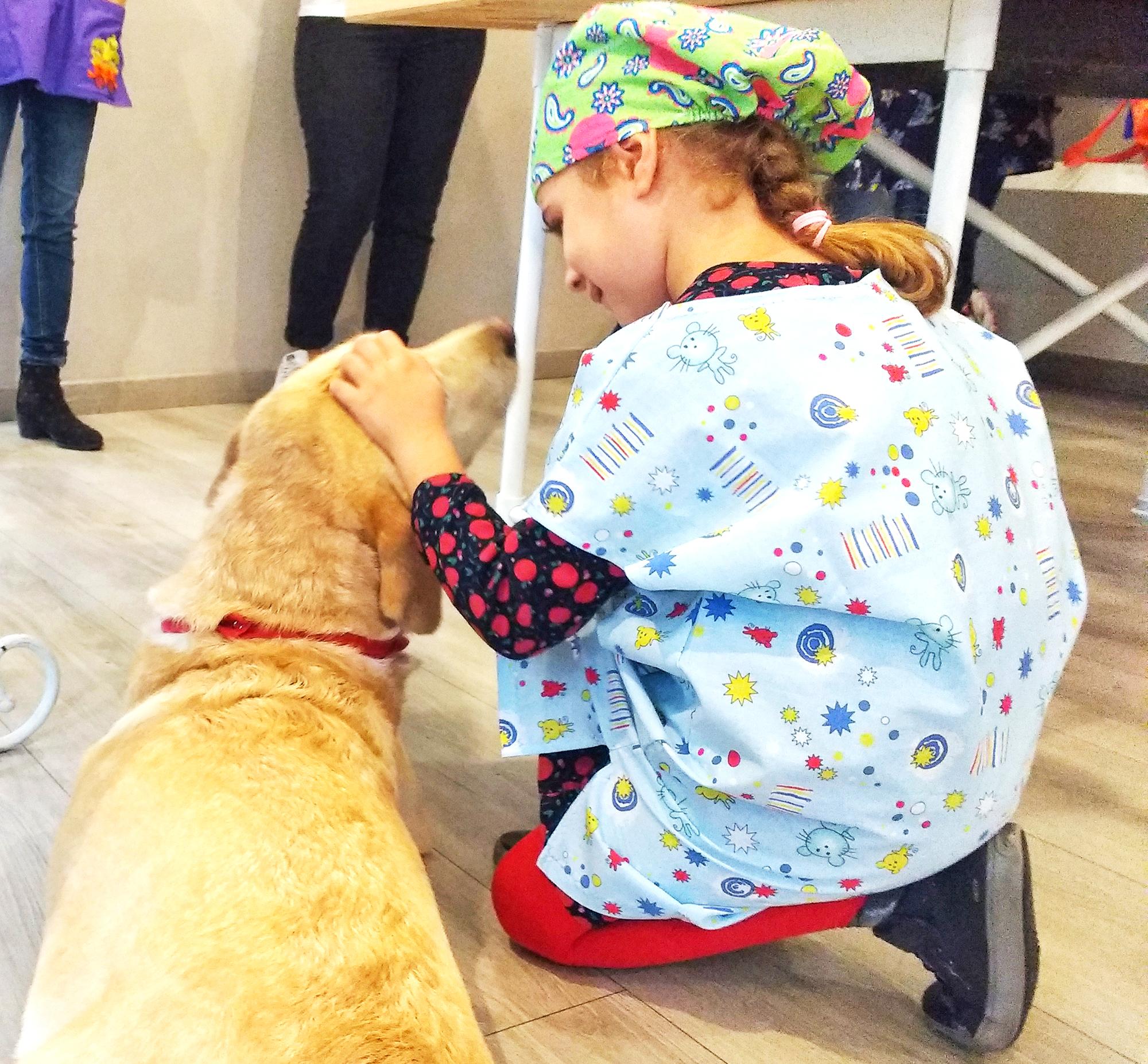 diabete nei cani e nei gatti _ bambina che accarezza cane