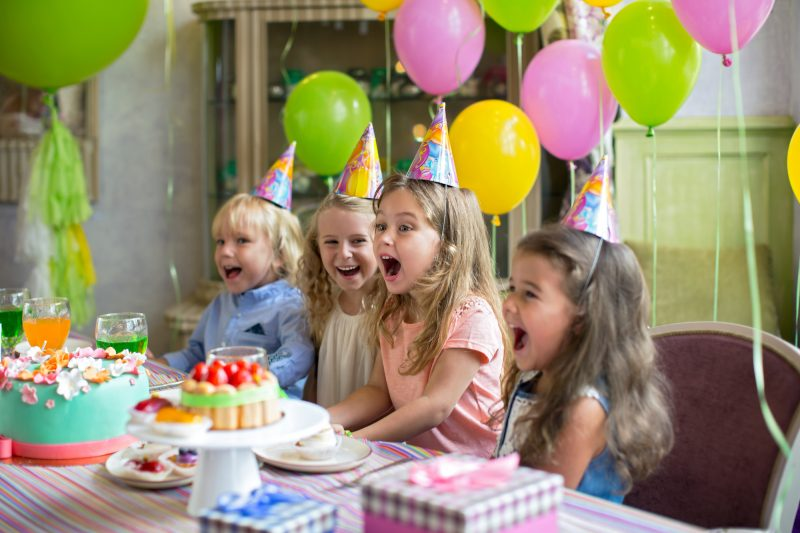 Bambini che fanno giochi per feste di compleanno