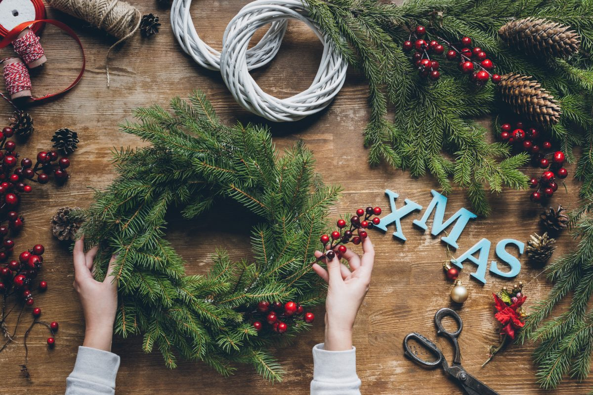 ghirlanda natalizia fai da te con rami di pino