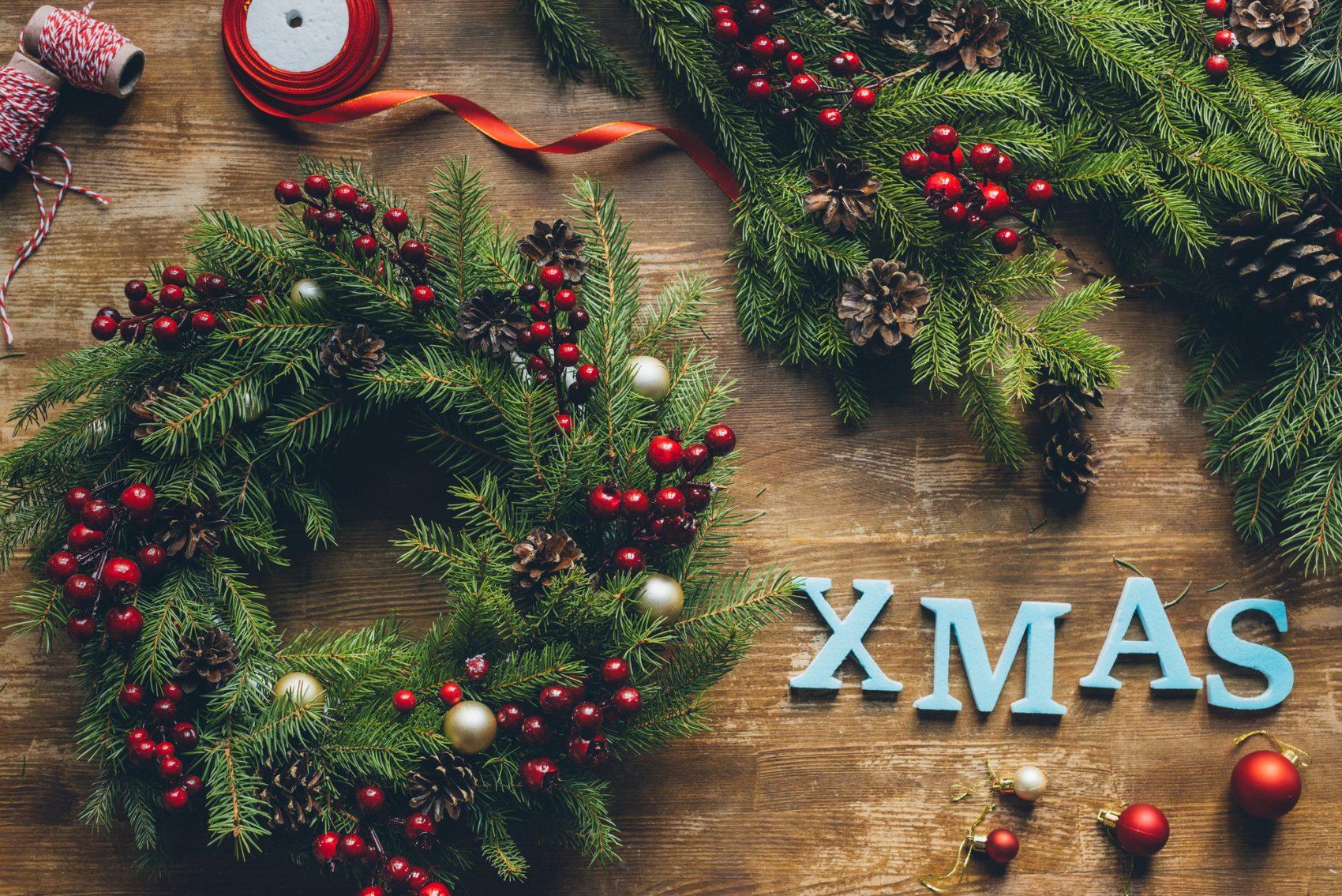 Palline Di Natale Con Rametti come fare la ghirlanda natalizia con i rami di pino