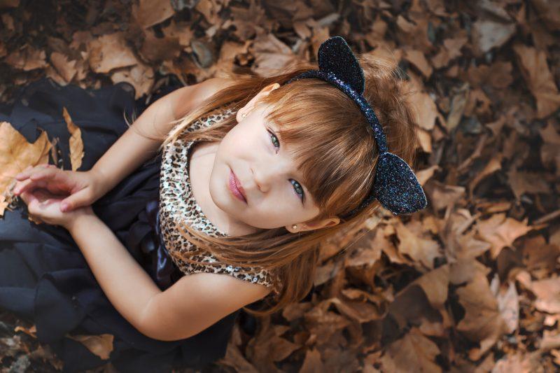 Costume da gattina fai da te _ bambina seduta sulle foglie