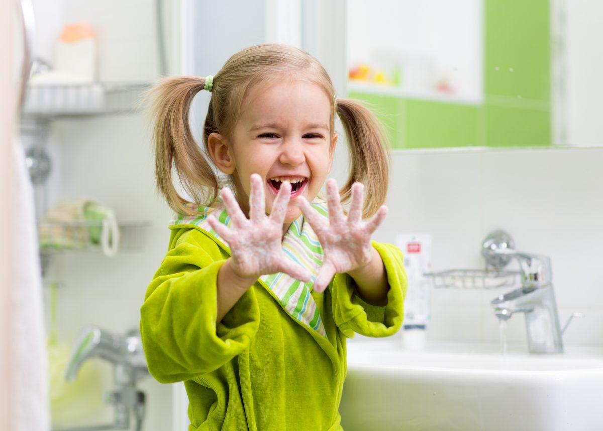 Lavare le mani ai bambini