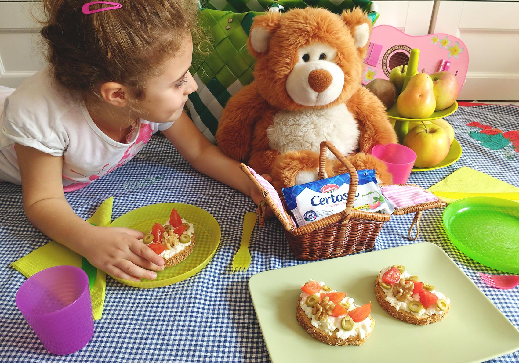 Merenda sana per i bambini con Certosa Galbani _ bambina con pupazzo durante pic nic