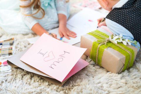 bambini che preparano biglietti per la festa della mamma