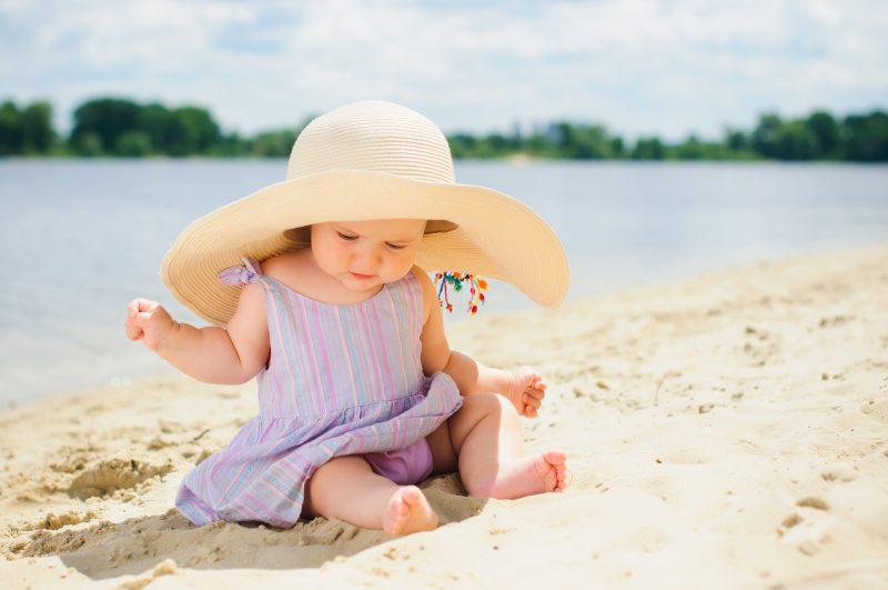 bambina vestita in estate con abitino