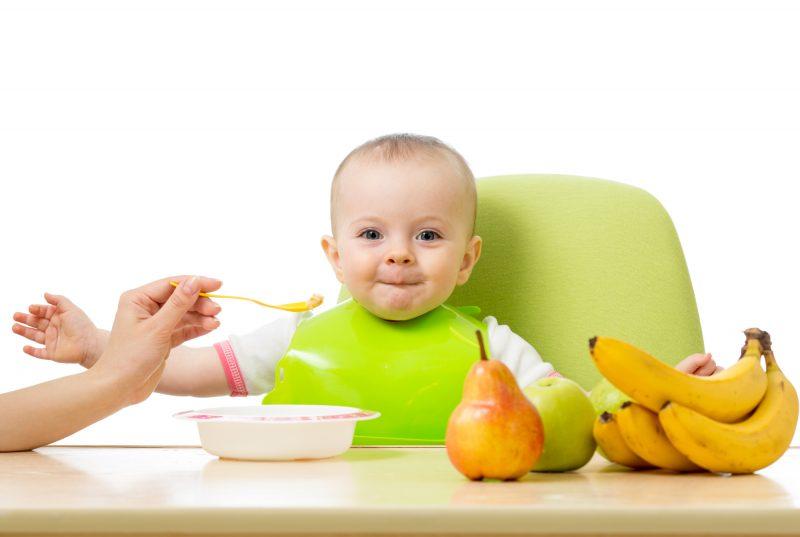 bambino mangia la frutta nello svezzamento