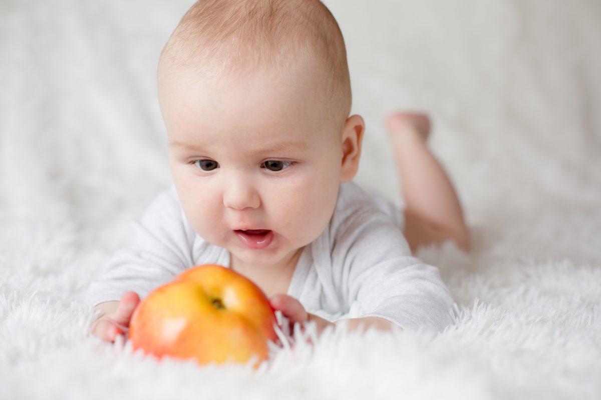 bambino frutta nello svezzamento