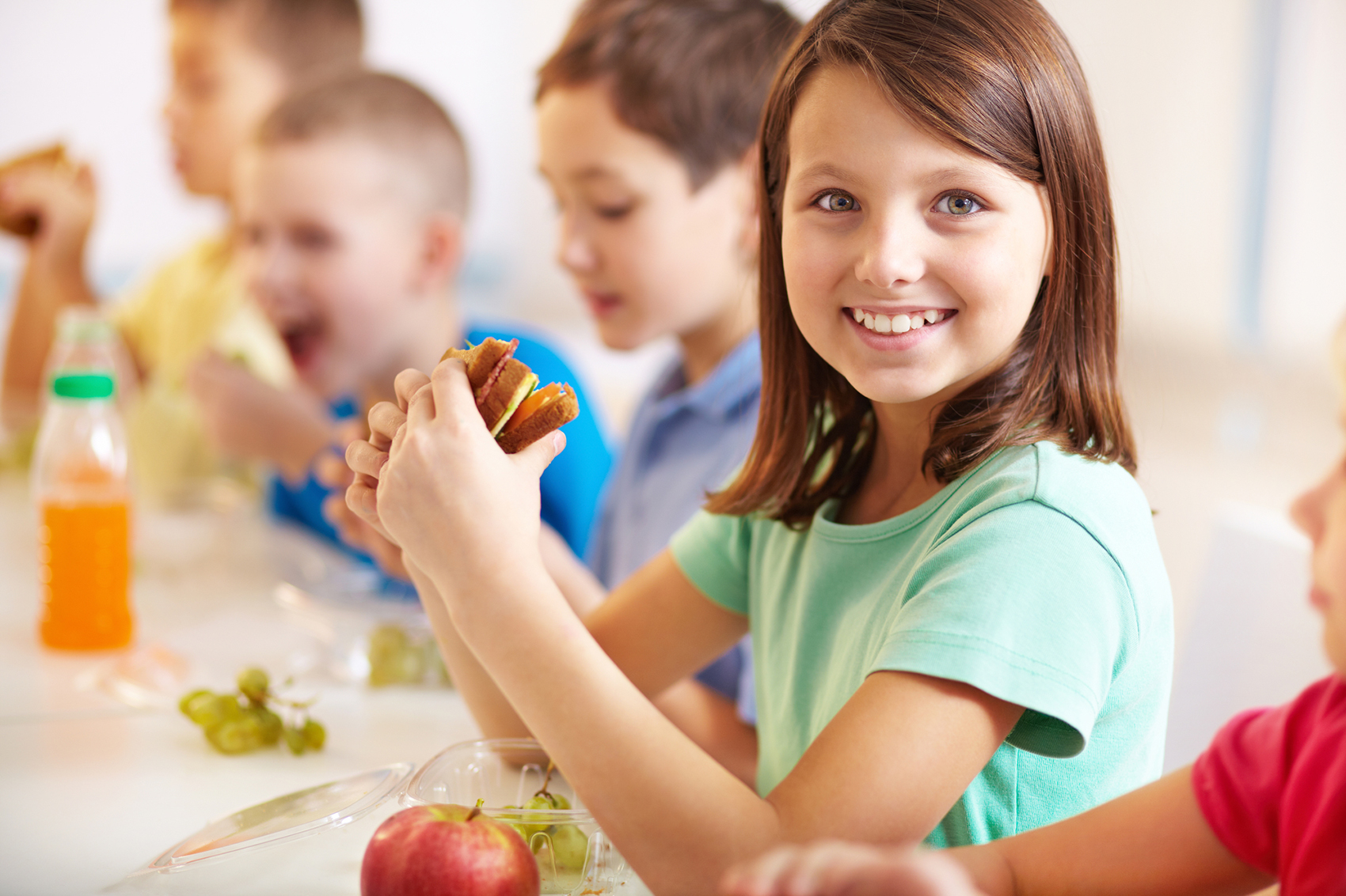 5 merende per bambini scuola primaria _ bambina mangia merenda