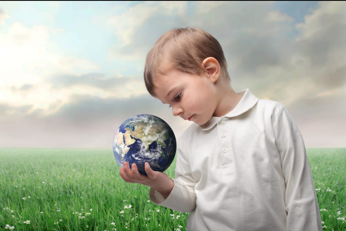 ora di futuro bambino che guarda la terra