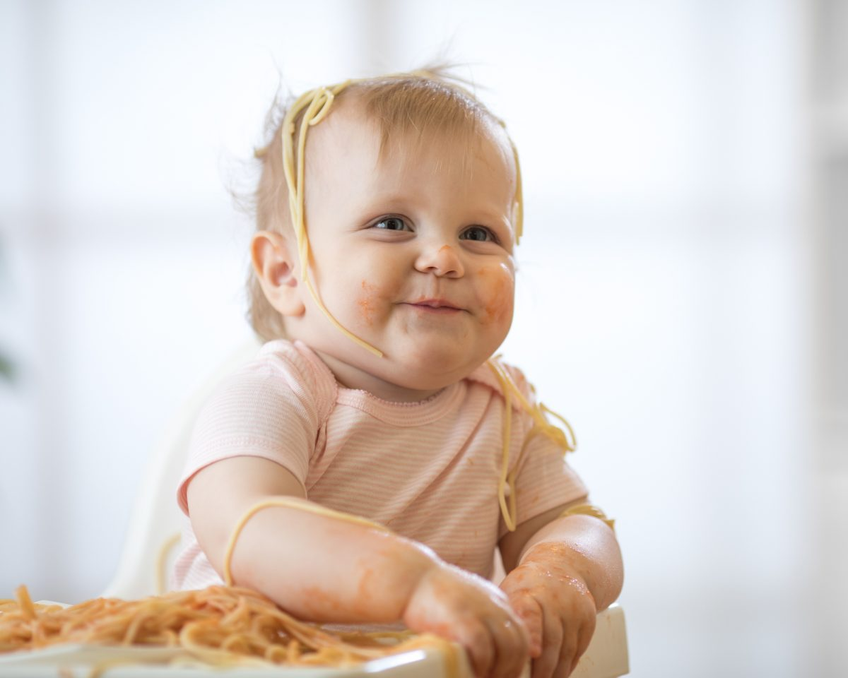 bambina che mangia la pasta ai bambini