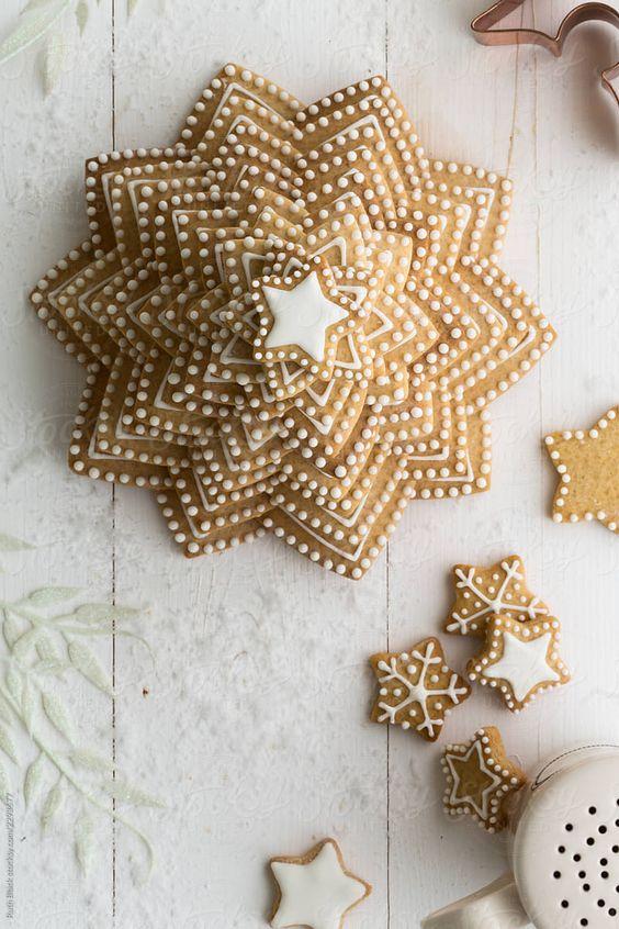 Albero di Natale di biscotti decorato con ghiaccia reale