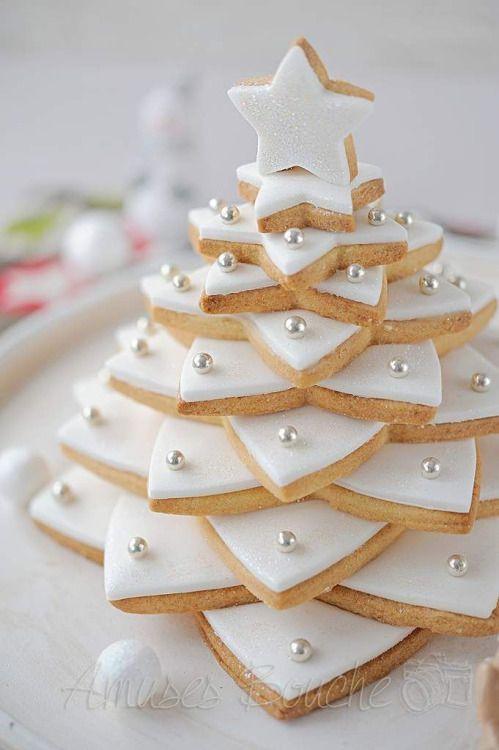 Albero di Natale di biscotti decorato con pasta di zucchero
