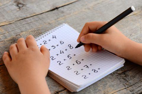 bambino che scrive le tabelline