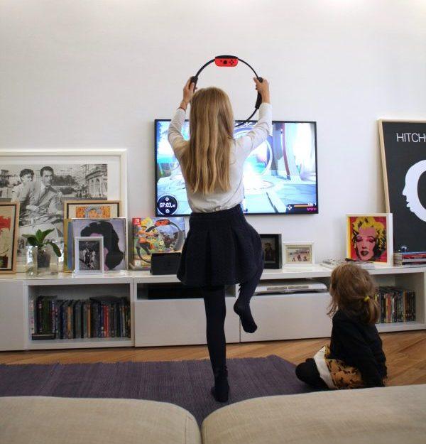 bambina che fa ginnastica con nintendo ring fit adventure
