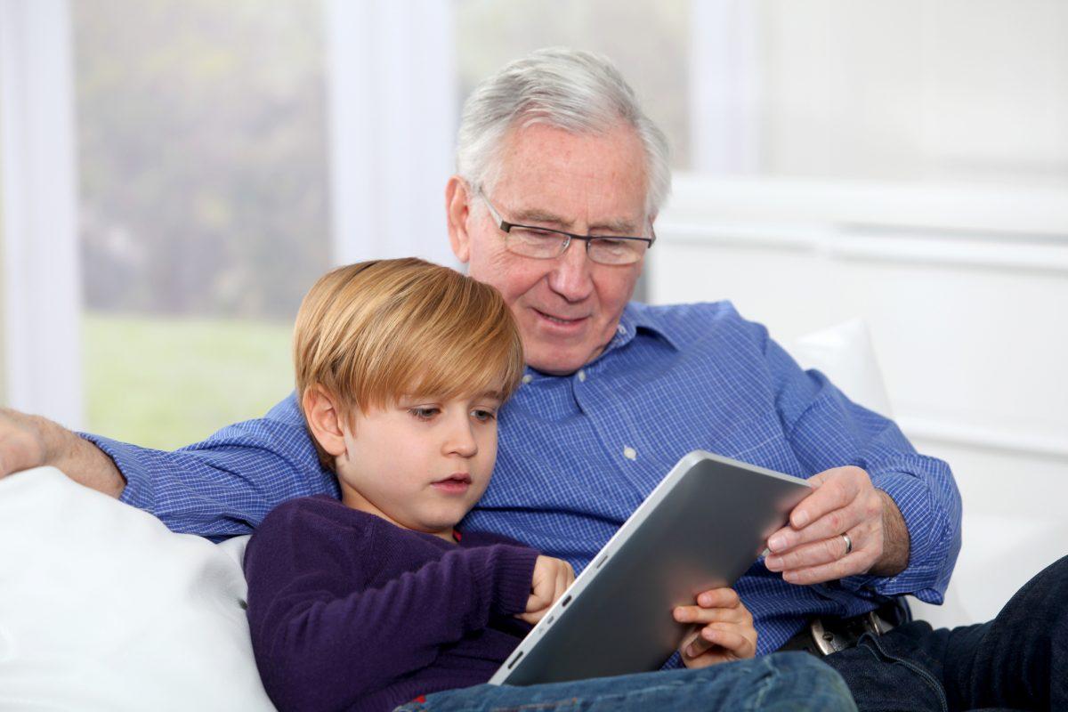 nonno moderno che fa i compiti col nipote