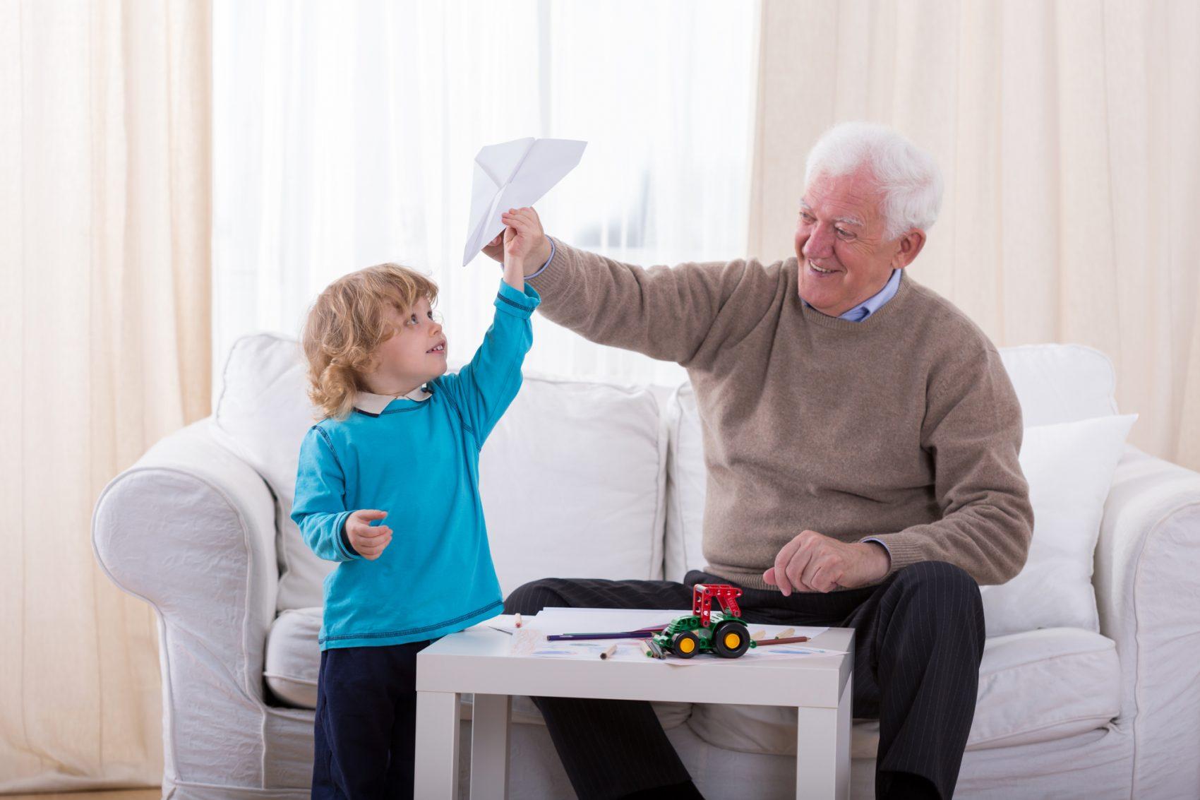 nonno moderno che gioca con nipote