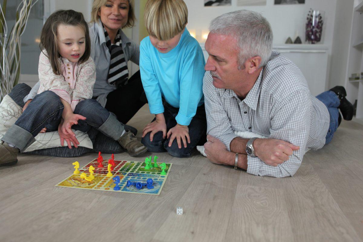 nonno moderno che gioca con nipoti