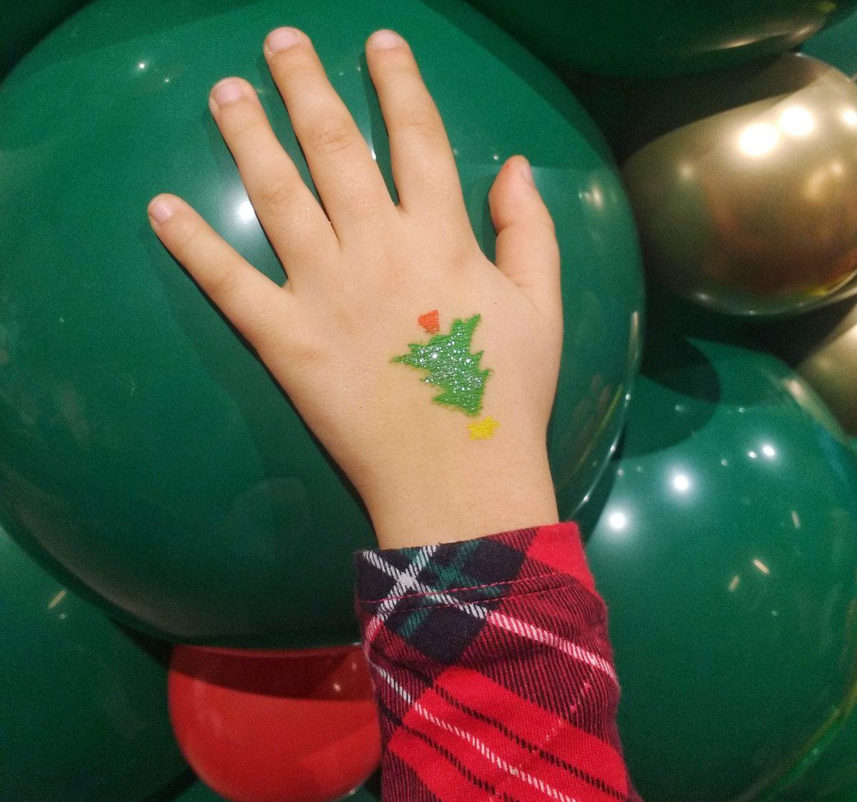 manina bimba con albero di Natale