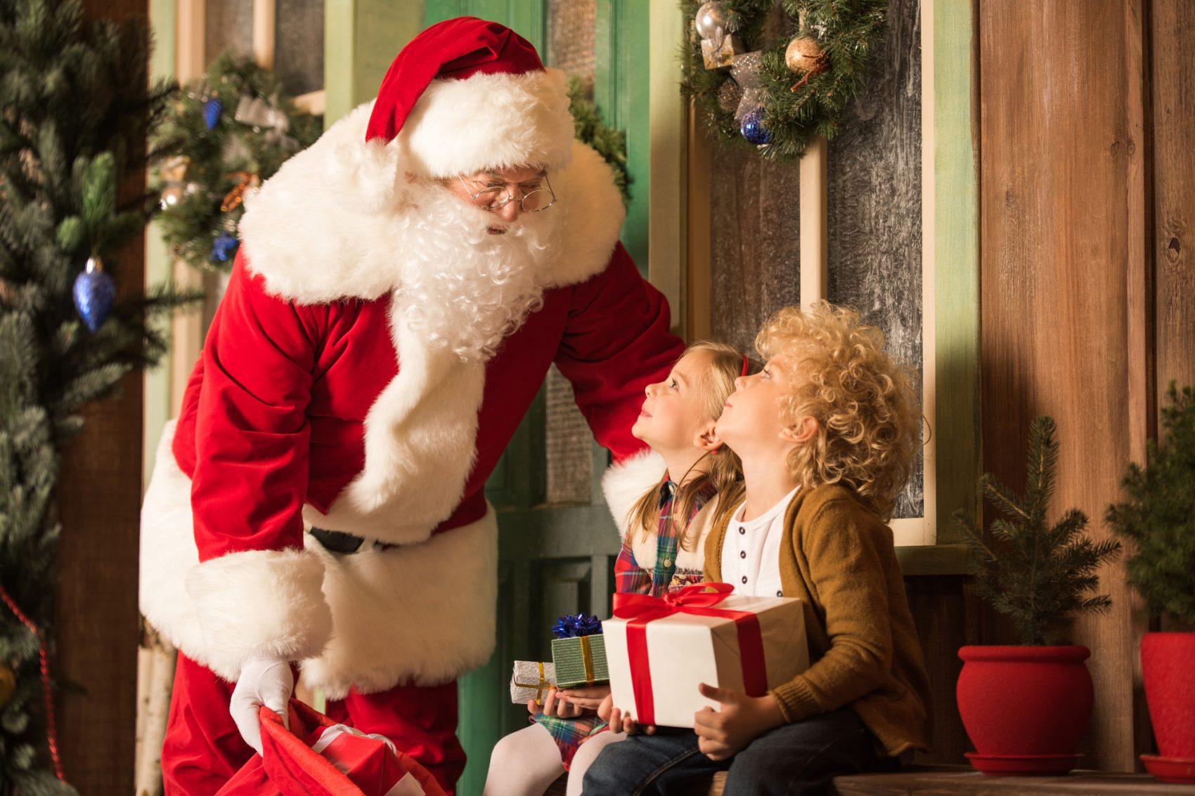 uomo in costume di babbo Natale fai da te con bambini