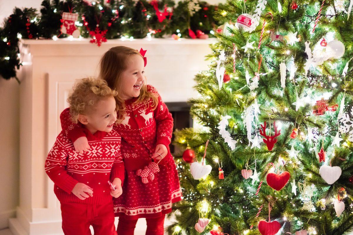 bambino e bambina con maglioni natalizi coordinati