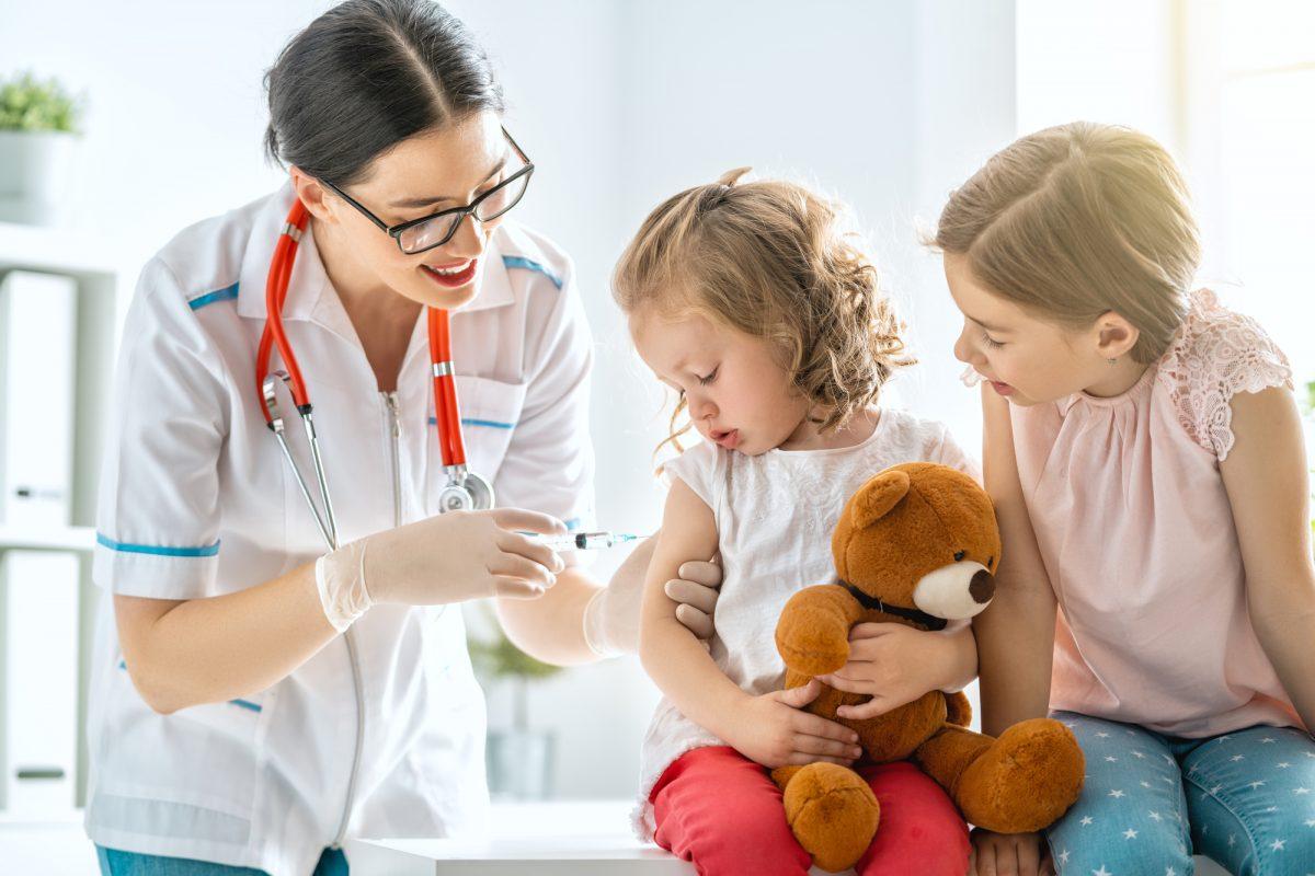 bambine vaccinate contro la meningite