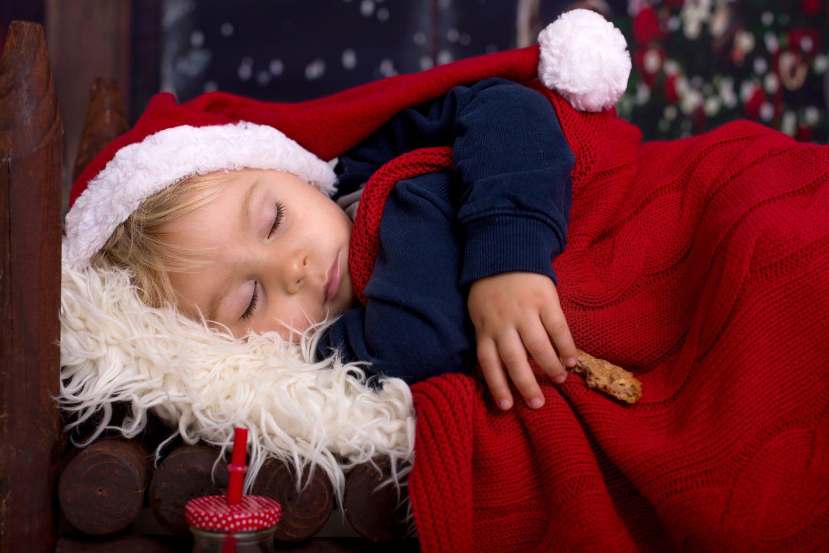 bambino che dorme alla vigilia di Natale