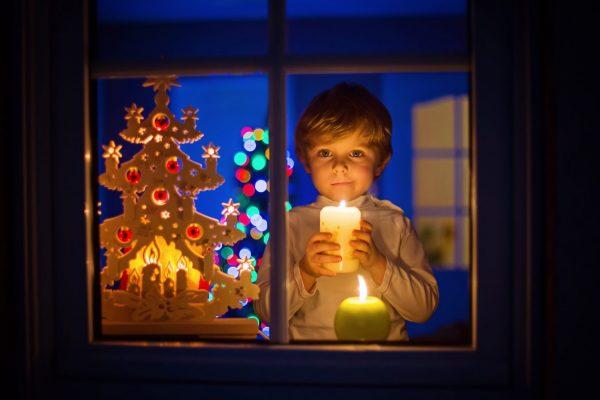 accendere le candele alla vigilia di Natale con i bambini