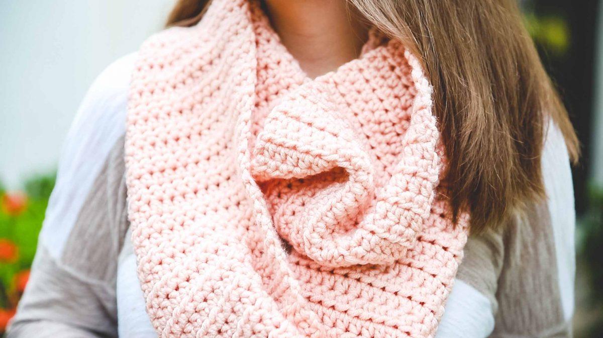 sciarpa a uncinetto rosa