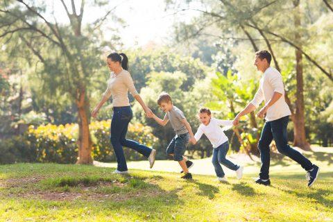 famiglia che corre sul prato