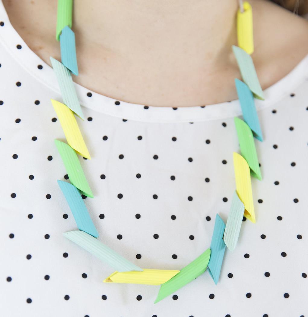 Lavoretti per bambini con la pasta _ collana con le pennette colorate