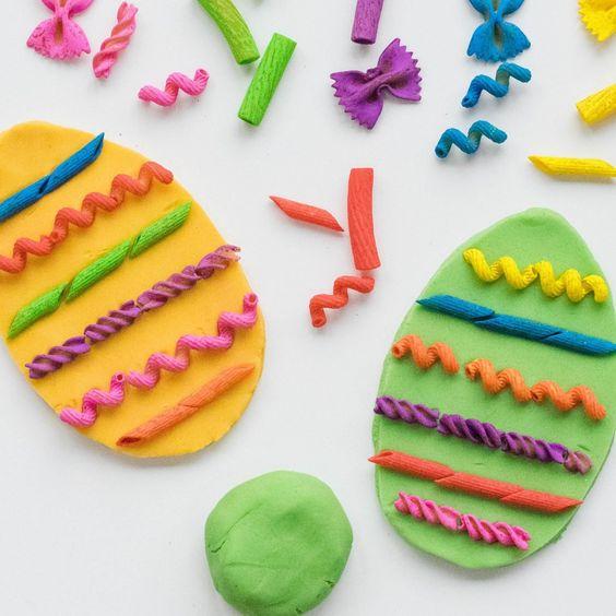 Lavoretti per bambini con la pasta _ uova di Pasqua con la pasta e plastilina