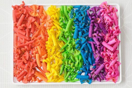 Lavoretti per bambini con la pasta secca colorata