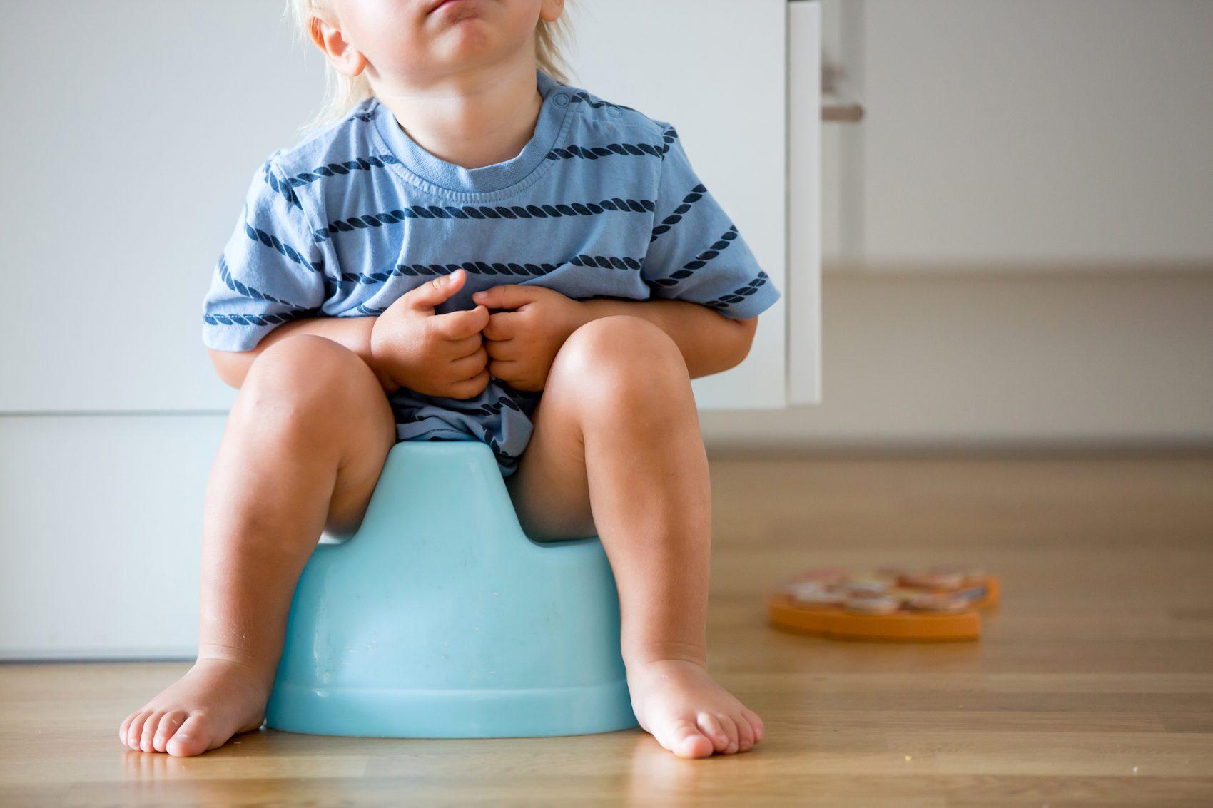Quarantena-espannolinamento bambino seduto sul vasino