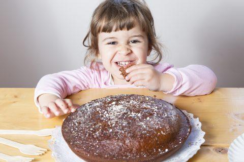 Torta facile da fare con i bambini _bambina con torta Torta allo yogurt al cacao e gocce di cioccolato