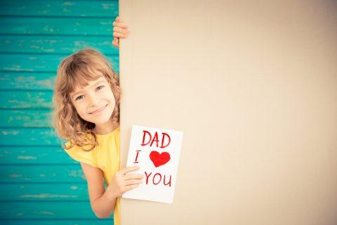 bambina che fa auguri con frasi dolci festa del papà