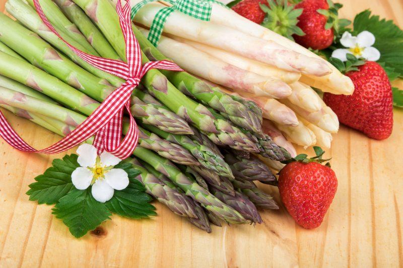Svezzamento e asparagi- asparagi verdi e bianchi con fragole