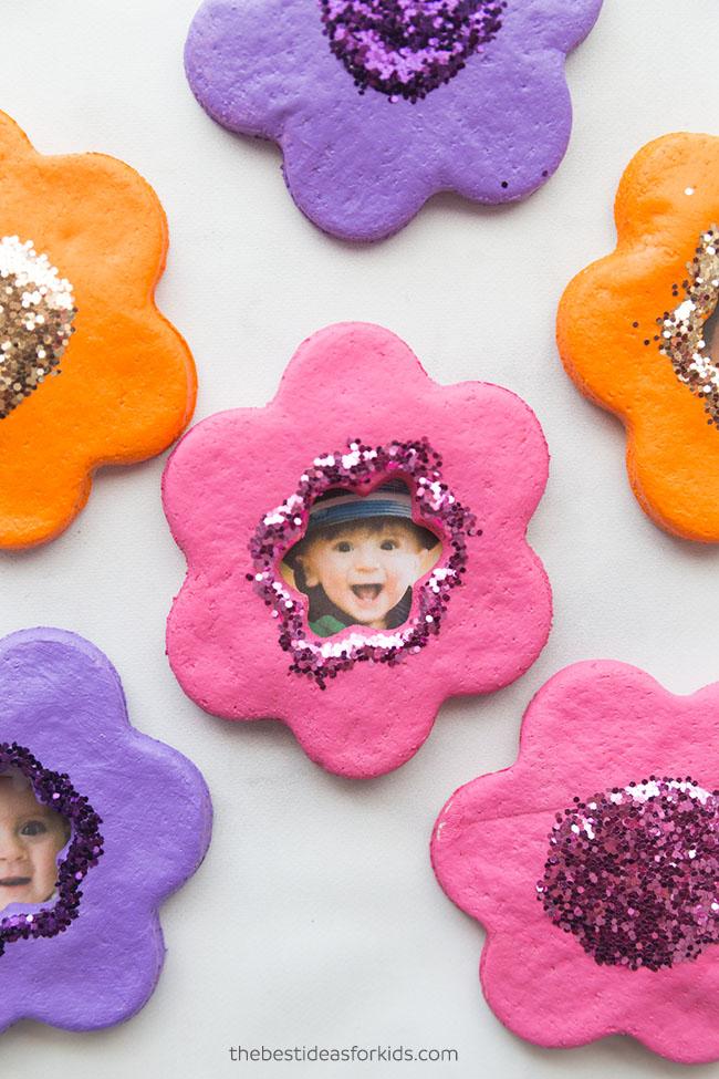 lavoretti di Pasqua con la pasta di sale _ fiorellini magneti con foto
