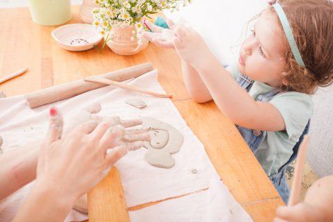 lavoretti di Pasqua con la pasta di sale _bambina gioca con la mamma