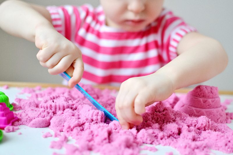 Come fare la sabbia magica in casa _bambina che gioca con la sabbia cinetica