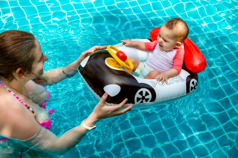 Mamma che nuota con neonato