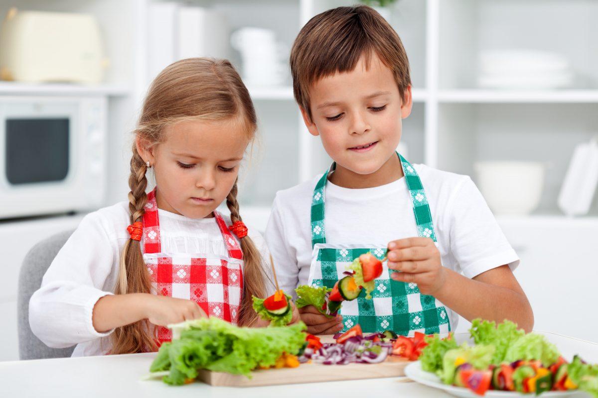 Bambini che preparano antipasti per la festa della mamma