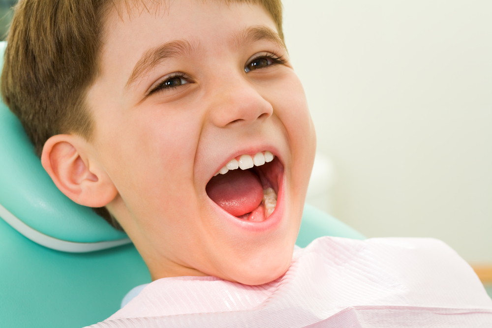 Bambino a bocca aperta dal dentista