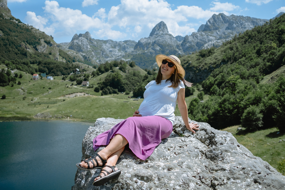 Donna incinta in montagna