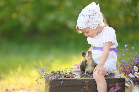 Bambina che gioca con paperotti