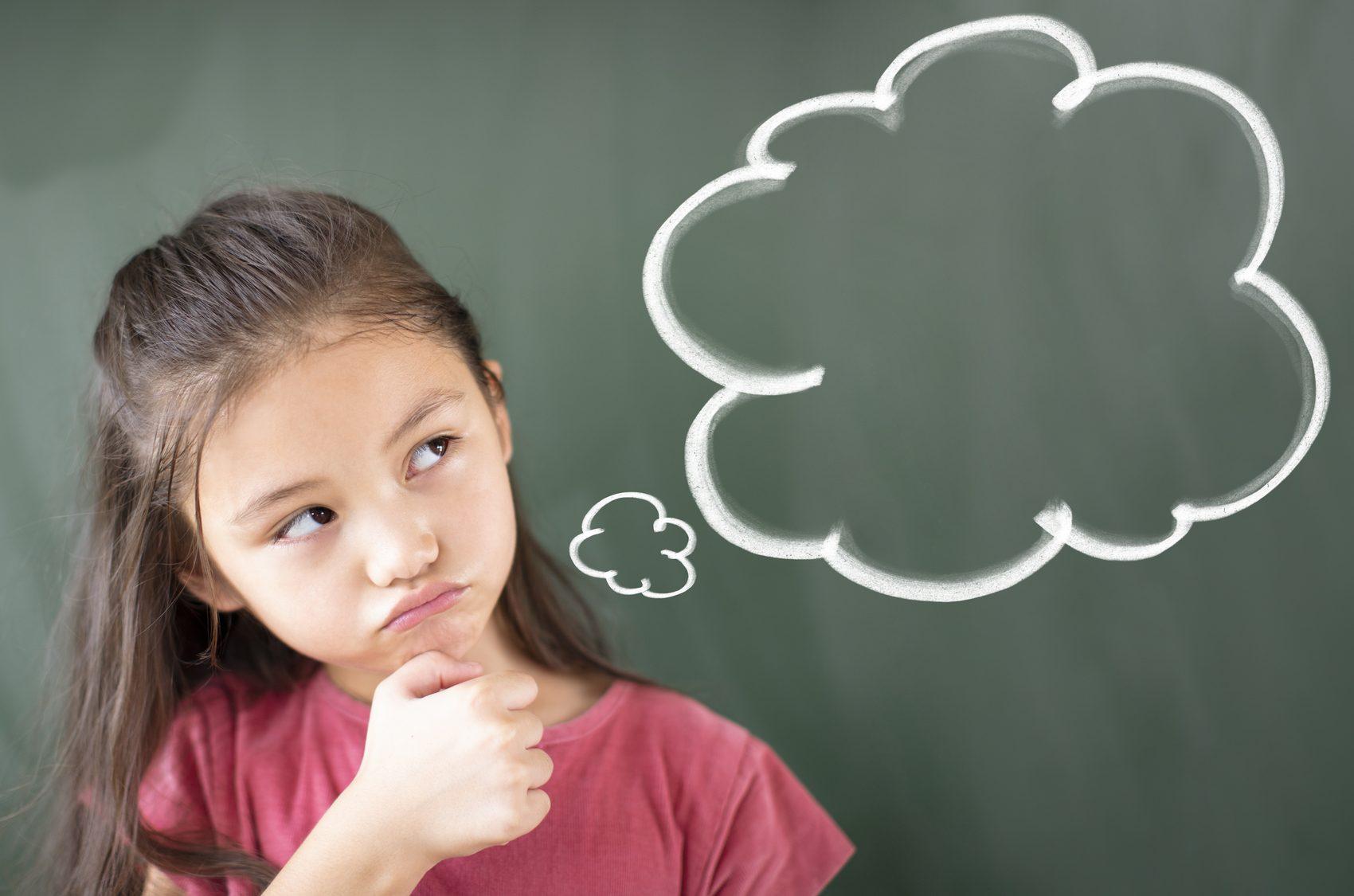 Bambina che pensa a indovinelli per bambini in rima