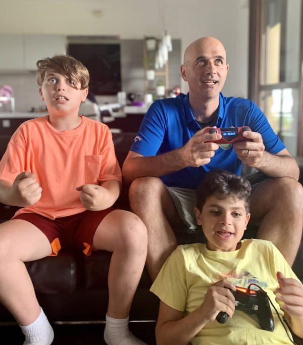 papà e bambini che giocano ai videogiochi